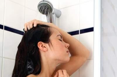 Врач рассказал, можно ли принимать душ во время болезни